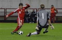<p>Andrei Arshavin (esq), da Rússia, parte para cima do goleiro Jussi Jaaskelainen, da Finlândia, antes de marcar o gol durante partida das eliminatórias para a Copa do Mundo de 2010. A Rússia bateu a Finlândia por 3 x 0 no grupo 4 das eliminatórias européias para a Copa do Mundo de 2010 nesta quarta-feira. Em casa, os russos contaram com a ajuda da seleção visitante, que fez dois gols contra. REUTERS/Grigory Dukor (RUSSIA)</p>