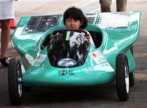 """<p>Una bambina guida la """"Solar Kid"""", un'auto a energia solare, durate un'esibizione a Tokyo. REUTERS/Kimimasa Mayama</p>"""