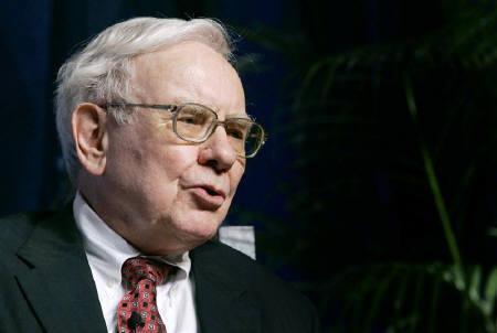 10月17日、米著名投資家のウォーレン・バフェット氏は、自分は米国株を買っていると明らかに。写真は2007年6月、ニューヨーク市で(2008年 ロイター/Mike Segar)