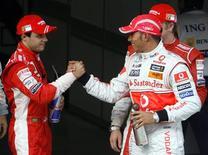 <p>O brasileiro Felipe Massa cumprimenta o piloto da McLaren Lewis Hamilton após do Q3 da sessão classificatória em Xangai. Em busca do título mundial, Massa prometeu ser agressivo no Grande Prêmio da China no domingo, após ter obtido um decepcionante terceiro lugar no grid neste sábado. REUTERS/Nir Elias</p>