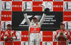 <p>Piloto da McLaren Lewis Hamilton vibra no pódio do GP da China ao lado da dupla da Ferrari Felipe Massa e Kimi Raikkonen. REUTERS/Nir Elias</p>