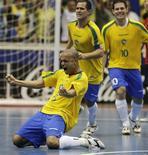 <p>Ciço comemora gol do Brasil na vitória sobre a Espanha na final da Copa do Mundo de Futsal, neste domingo, no Rio de Janeiro. REUTERS/Sergio Moraes (BRAZIL)</p>