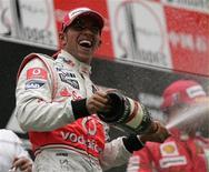 <p>Lewis Hamilton comemora vitória no GP da China de F1, neste domingo. REUTERS/Aly Song</p>