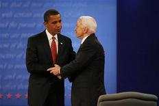 <p>Барак Обама и Джон Маккейн во время дебатов в Университете Хофстра в Хэмпстеде, штат Нью-Йорк, 15 октября 2008 года. Кандидат в президенты США от демократической партии Барак Обама опережает в гонке на пост президента кандидата-республиканца Джона Маккейна на 6 пунктов, по данным опроса Reuters/C-SPAN/Zogby, представленным в понедельник. REUTERS/Jim Bourg</p>