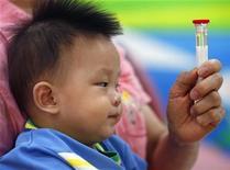 <p>Un bambino viene sottoposto all'esame delle urine in un ospedale di Taipei, Taiwan, dopo lo scandalo del latte alla melammina in Cina. REUTERS/Nicky Loh</p>