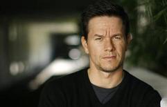"""<p>El actor estadounidense Mark Wahlberg, quien protagoniza el filme de acción """"Max Payne"""", posa en Beverly Hills 12 oct 2008. La cinta de acción """"Max Payne"""" se abrió paso al primer puesto de la taquilla de Estados Unidos y Canadá, recaudando 18 millones de dólares durante el primer fin de semana en las salas de la adaptación de un video juego, de acuerdo a estimaciones dada a conocer el domingo. REUTERS/Mario Anzuoni (EEUU)</p>"""