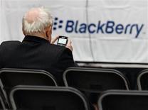 """<p>Le titre Research in Motion dégringole en Bourse lundi après une note d'analystes estimant que les ventes des derniers BlackBerry en Amérique du Nord et en Europe occidentale ont montré des tendances """"légèrement décevantes"""". L'action RIM chutait de 9% à 53,70 dollars sur le Nasdaq, à la Bourse de New York, à 16h15 GMT. /Photo d'archives/REUTERS/J.P. Moczulski</p>"""