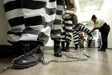 <p>Maricopa County female inmates are padlocked by the ankle for chain gang duty in Phoenix, Arizona October 21, 2003. REUTERS/Shannon Stapleton</p>