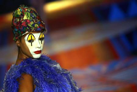A model presents a creation from Indian designer Manish Arora's Spring/Summer 2009 collection at the Wills Lifestyle India Fashion Week in New Delhi October 19, 2008. REUTERS/Vijay Mathur