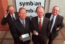 <p>Presentazione della joint venture Symbian tra Ericsson, Motorola, Nokia e Psion. REUTERS/Michael Crabtree</p>