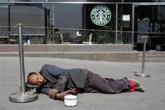 <p>Нищий спит рядом с кофейней в Пекине 28 марта 2007 года. Пропасть между богатыми и бедными в большинстве развитых стран растет, однако не столь стремительно, как утверждают многие, и ее расширение не чревато социальными взрывами, говорится в опубликованном во вторник докладе Организации по экономическому сотрудничеству и развитию (ОЭСР). REUTERS/Claro Cortes IV</p>