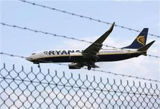 <p>Aereo Ryanair atterra all'aeroporto di East Midlands, Inghilterra. REUTERS/Darren Staples</p>