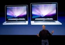 <p>Steve Jobs, le patron d'Apple lors de la présentation des portables MacBook. Le groupe à la pomme fait état d'un bond de 26% de son bénéfice trimestriel grâce notamment à la vigueur de ses ventes d'iPhone, mais le groupe publie pour le trimestre en cours des objectifs inférieurs aux attentes. /Photo prise le 14 octobre 2008/REUTERS/Kimberly White</p>