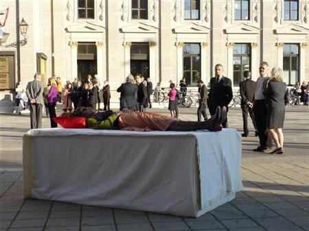 """2008年10月18日,在维也纳""""彩排""""自己葬礼的妇女。 REUTERS/Pierre Coinde"""