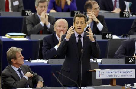 10月21日、サルコジ大統領が域内企業の株式取得する欧州政府系ファンド設立を提唱。写真は欧州議会でスピーチするサルコジ大統領(中央)(2008年 ロイター/Vincent Kessler)
