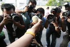 <p>Alcuni giornalisti e fotografi al lavoro. REUTERS/Kerek Wongsa</p>