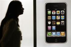 <p>Grâce entre autres au succès de l'iPhone d'Apple dont il est le distributeur exclusif aux Etats-Unis, AT&T, le premier opérateur américain de télécommunications, a enregistré une hausse de son chiffre d'affaires et du nombre de ses abonnés mobiles au troisième trimestre en dépit du ralentissement de l'économie. Il a prévenu cependant que le combiné d'Apple pèserait davantage que prévu sur ses marges annuelles. /Photo prise le 11 juillet 2008/REUTERS/Christian Hartmann</p>