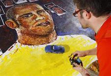 <p>El artista británico Ian Cook utiliza un auto de juguete para pintar un retrato del piloto de Fórmula Uno Lewis Hamilton, en Londres, 21 oct 2008. El piloto de McLaren Lewis Hamilton se volverá aún más conocido en Gran Bretaña gracias a un extravagante artista seguidor del automovilismo que pinta sus lienzos con ruidosos autitos de carrera a control remoto. REUTERS/Suzanne Plunkett</p>