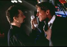 """<p>Harrison Ford (dir) e Gary Oldman em cena do filme """"Força Aérea 1"""". Um presidente capaz de fazer a economia americana """"pegar no tranco"""" pode ser o que os eleitores americanos mais procuram na temporada eleitoral atual, mas, se depender dos cinéfilos que votaram numa eleição online, um presidente capaz de dar trancos em seus adversários se sairia melhor na Casa Branca. REUTERS/Handout</p>"""