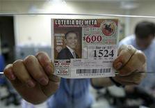 <p>Un biglietto della lotteria colombiana con il volto di Obama. REUTERS/Albeiro Lopera</p>