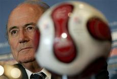 <p>O presidente da FIFA, Joseph Blatter, participa de entrevista à imprensa em Toronto no dia 20 de julho. O comitê executivo da Fifa decidiu adiar para dezembro o início do processo de candidatura para receber as Copas do Mundo de 2018 e 2022, após ter buscado sem sucesso nesta sexta-feira uma decisão sobre o assunto. REUTERS/Eduardo Munoz</p>