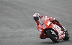 <p>Il motociclista australiano Casey Stoner in sella alla sua Ducati oggi a Valencia. REUTERS/Heino Kalis (SPAIN)</p>