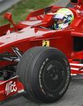 <p>IIl pilota brasiliano Felipe Massa sulla sua Ferrari. REUTERS/Nir Elias (CHINA)</p>