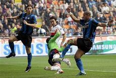 <p>Il giocatore interista Adriano (a destra) passa la palla al compagno Zlatan Ibrahimovic (a sinistra) dribblando il genoano Rubinho (al centro) durante la partita fra Inter e Genoa oggi a San Siro. REUTERS/Alessandro Garofalo. (ITALY)</p>