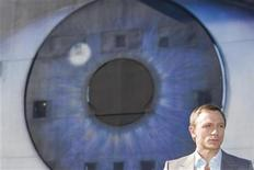 """<p>Foto de archivo del actor Daniel Craig mientras posa para promocionar el filme """"Quantum of Solace"""", en Bregenz 6 mayo 2008. El super espía 007 parece ser a prueba de balas. La nueva entrega de James Bond, """"Quantum of Solace"""", podría mostrarse intocable ante las malas críticas y la recesión después de su estreno esta semana en los cines británicos y el 14 de noviembre en Estados Unidos, anticipan seguidores de la industria. REUTERS/Miro Kuzmanovic (AUSTRIA)</p>"""