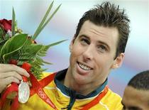 <p>O nadador australiano, Grant Hackett, segura medalha ganha nas Olimpíadas de Pequim em 17 de agosto. Hackett anunciou sua aposentadoria das piscinas nesta segunda-feira, encerrando uma carreira que o consagrou como um dos melhores nadadores de provas de longa distância em todos os tempos. REUTERS/Kai Pfaffenbach</p>