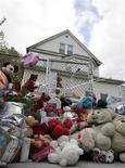 <p>Un memorial situado a la salida de la casa materna de la cantante Jennifer Hudson en Chicago, EEUU, 27 oct 2008. La policía halló el lunes el cuerpo de un niño durante la búsqueda del sobrino de siete años de la ganadora del premio Oscar Jennifer Hudson, quien se encuentra desaparecido desde que la madre y el hermano de la actriz fueron asesinados la semana pasada. La policía no divulgó inmediatamente la identidad del niño, pero medios locales dijeron que el vehículo en el cual fue encontrado pertenecía al hermano de Hudson, Jason, de 29 años. REUTERS/Frank Polich</p>