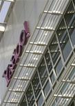 """<p>D'après une source proche des pourparlers, le géant de l'internet Yahoo et AOL, filiale de Time Warner ont engagé une """"due diligence sérieuse"""" pour déterminer les synergies de revenus et de coûts qu'offrirait une fusion entre les deux groupes. Cette procédure, qui permet aux deux entreprises d'accéder à leurs comptes respectifs, signifie qu'un rapprochement pourrait être en vue. /Photo prise le 5 mai 2008/REUTERS/Robert Galbraith</p>"""