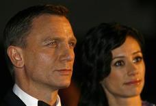 <p>O ator Daniel Craig e sua companheira, Satsuki Mitchell, na estréia do novo filme 007 em Londres. REUTERS/Luke Macgregor (BRITAIN)</p>