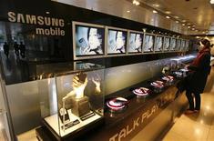 <p>Les principaux fabricants de téléphones portables se préparent à une baisse de leurs ventes au cours des prochaines semaines après un fort ralentissement au troisième trimestre, durant lequel seul Samsung Electronics est parvenu à tirer son épingle du jeu, en baissant ses prix. /Photo d'archives/REUTERS/Lee Jae-Won</p>