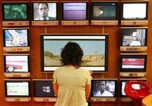 <p>Televisori in un'immagine d'archivio. REUTERS/Eric Gaillard</p>