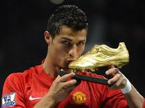 <p>Cristiano Ronaldo beija chuteira dourada em Manchester em 29 de outubro de 2008. O jogador português disse que considera lógico que ele seja o vencedor do prêmio Bola de Ouro deste ano, depois de ter ajudado o Manchester United a ganhar o Campeonato Inglês e a Liga dos Campeões da Europa. REUTERS/Toby Melville</p>