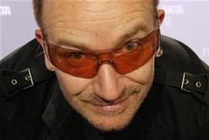 <p>Foto de archivo del líder de la banda irlandesa U2, Bono, durante una conferencia de prensa sobre el informe de deuda, SIDA e intercambio Africa en París, 18 jun 2008. Una torre de 120 metros que se planeaba construir en los muelles de Dublín para albergar el estudio del grupo de rock U2 se ha convertido en la última víctima irlandesa de la crisis financiera mundial. REUTERS/Benoit Tessier</p>