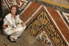 """<p>Foto de archivo de la reina Sofía de España en la """"Huaca de la Luna"""" en Trujillo, Perú, 28 oct 2008. El Gobierno español defendió el viernes con firmeza el rol de la Reina Sofía, luego de una polémica provocada por la publicación de un libro en el que se incluyen declaraciones de la soberana sobre temas sociales que ella posteriormente desmintió. REUTERS/Pilar Olivares(PERU)</p>"""
