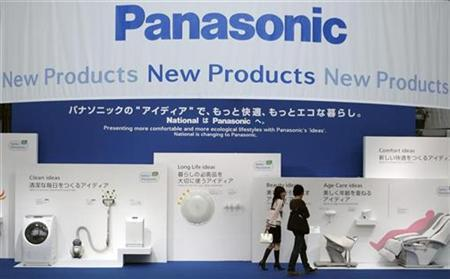 A couple look at electronic products displayed at Panasonic Center showroom in Tokyo September 26, 2008. REUTERS/Yuriko Nakao