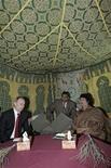 <p>Бывший президент Росии Владимир Путин встречается с ливийским лидером Муамаром Каддафи (справа) в Триполи 16 апреля 2008 года. Ливийский лидер Муамар Каддафи, прибывший в Россию, раскинул в Кремле собственный походный шатер, сообщил корреспондент Рейтер. REUTERS/RIANovosti/KREMLIN/Pool/Mikhail Klimentyev</p>