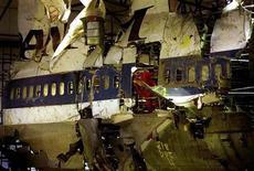<p>Останки самолета авиакомпании Pan Am, взорвавшегося над шотландским городом Локерби в 1988 году в результате взрыва бомбы. Снимок сделан 8 декабря 1998 года. Ливия внесла $1,5 миллиарда в фонд помощи американцам, ставшим жертвами терроризма в 1980-х годах, сообщил в пятницу заместитель госсекретаря США Дэвид Уэлч. REUTERS/Kieran Doherty WAW/CLH/</p>