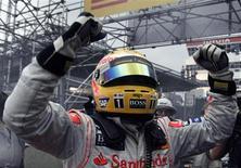 <p>O piloto da McLaren Lewis Hamilton, da Grã-Bretanha, celebra vitória do campeonato da Fórmula 1 de 2008, no dia 02 de novembro. Lewis Hamilton foi do céu ao inferno, e de novo ao céu, nos segundos finais da última corrida do ano, em Interlagos, quando seu título ficou em suspenso até os metros finais da prova. REUTERS/Paulo Whitaker (BRAZIL)</p>