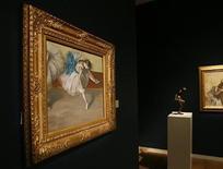 """<p>Foto de archivo del cuadro de Edgar Degas """"Danseuse au repos"""", durante una exhibición para la prensa en la casa de subastas Sotheby's de Nueva York, 29 oct 2008. REUTERS/Shannon Stapleton (UNITED STATES)</p>"""