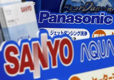 11月4日、パナソニックの三洋買収への動きは、円高を逆手に海外勢出し抜いた戦略の可能性。写真は都内の家電量販店で(2008年 ロイター/Toru Hanai)