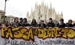 <p>Studenti in corteo in centro a Milano. REUTERS/Alessandro Garofalo</p>