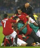 <p>Jogadores da Roma comemoram gol marcado por Mirko Vucinic contra o Chelsea na Liga dos Campeões. 4 de novembro.REUTERS/Tony Gentile (ITALY)</p>