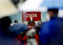 <p>U.S. Federal Reserve Board Chairman Ben Bernanke speaks in front of a crowd carrying umbrellas at Harvard senior class day in Cambridge, Massachusetts in this June 4, 2008 file photo. REUTERS/Adam Hunger/Files</p>