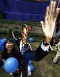 <p>Studentessa festeggia, all'American Centre di Nuova Delhi, la vittoria di Barack Obama alle elezioni presenziali Usa. REUTERS/Adnan Abidi</p>