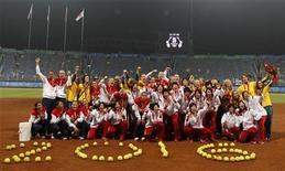"""<p>Le squadre di softball giapponese (oro), statunitense (argento) e australiana (bronzo) insieme dietro la scritta """"2016"""" formata da palline da gioco, durante le Olimpiadi di Pechino 2008. REUTERS/Danny Moloshok</p>"""