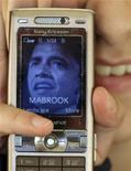 <p>Una foto di Barack Obama su un telefonino.. REUTERS/Ali Jarekji</p>